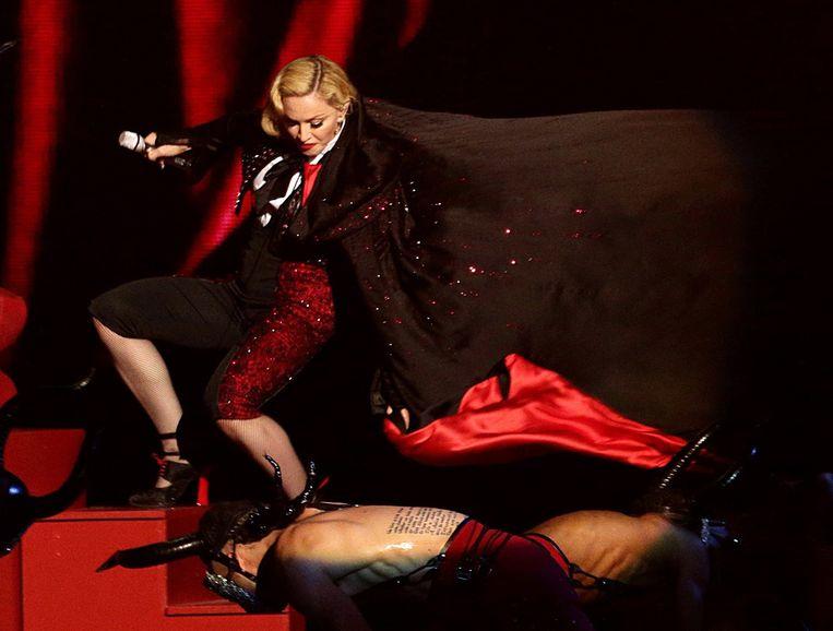 Madonna tuimelt van trap én voetstuk. Beeld AP