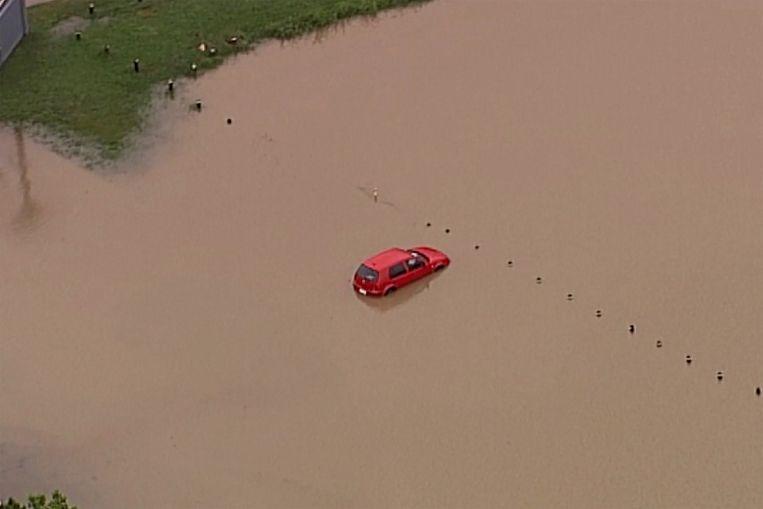 Een wagen werd volledig overspoeld door water in  de staat Queensland.