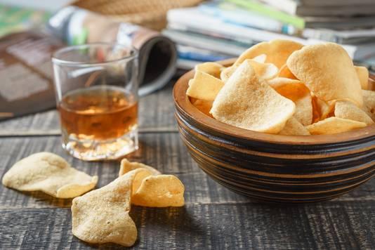 Kroepoek heten in het Engels prawn crackers. Veel Nederlanders weten niet dat deze knapperige snack garnalen bevat.