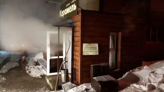 Stoom komt uit de deur van Mini Hotel Caramel in het Russische Perm.