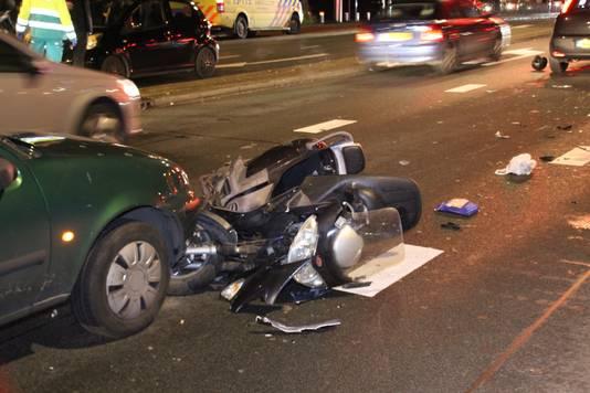De scooter van de man raakte zwaarbeschadigd