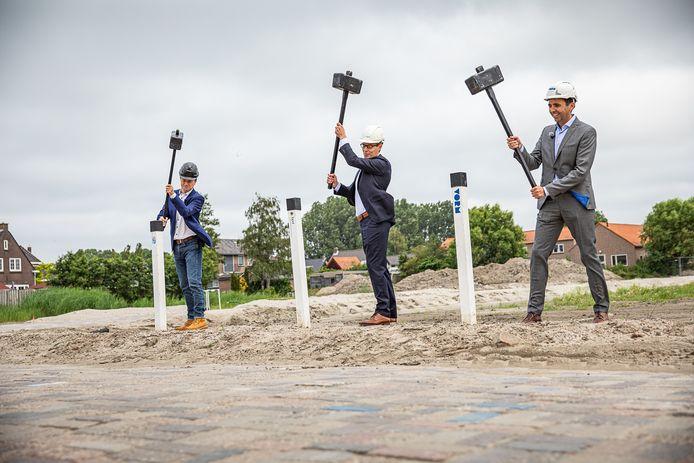 Wethouder Peter Schop (IBH) van Hellevoetsluis, Paul Opstal (BPD) en Guido Voermans (Vorm 6D) slaan de eerste palen van de nieuwe wijk de De Akkerranden in Oudenhoorn.