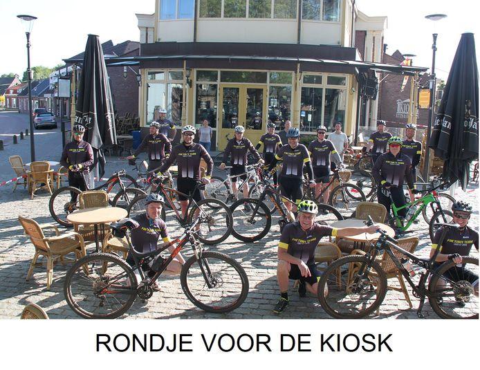 Loon op Zand, de mountainbikers op het terras voor het gesloten café.