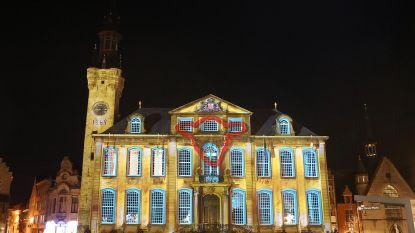 Stadhuis wordt sfeervol verlicht