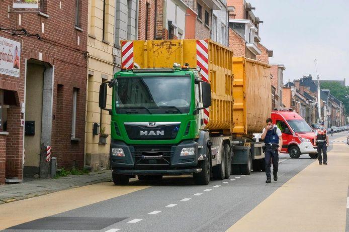 De vrachtwagen vervoerde twee enorme containers. Het slachtoffer kwam onder de wielen terecht.