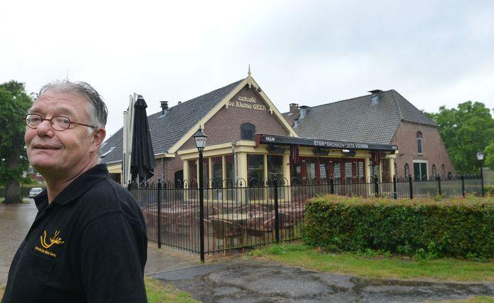 Jan Vernooij bij zijn eetcafé De Kleine Geer. Op de parkeerplaats komen woningen, en ook het café zelf en de naastgelegen boerderij De Grote Geer worden geschikt gemaakt voor bewoning.