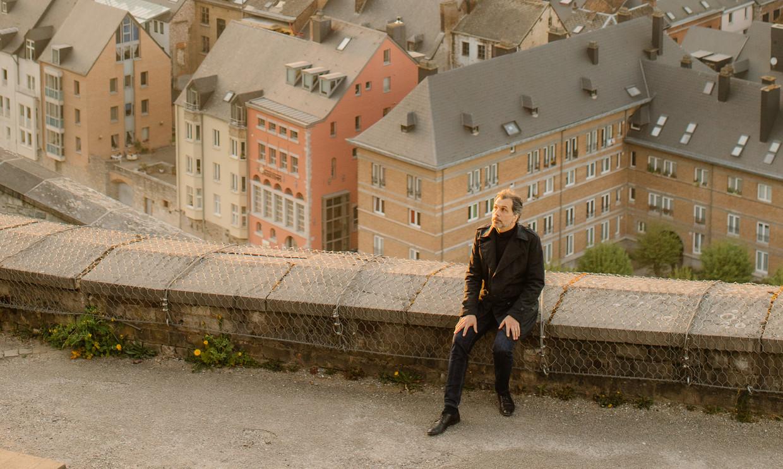Christophe Deborsu: 'Het enige verschil tussen Vlamingen en Walen is dat wij elkaar meer kussen, ook mannen. Maar dat zal door dit virus misschien veranderen.' Beeld Kevin Faingnaert