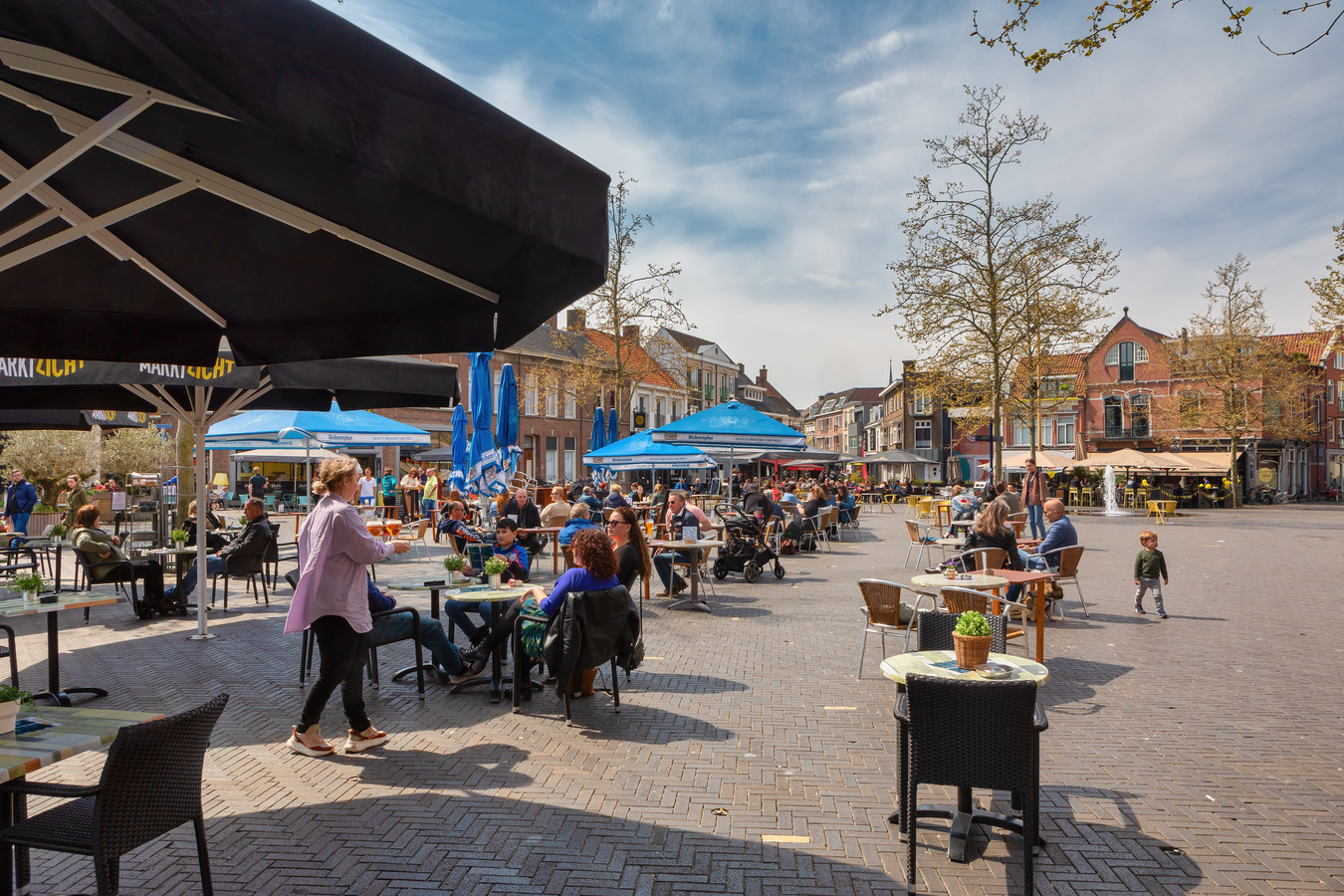 Een uur na het opheffen van het terrasverbod zit de Markt in Oosterhout al aardig vol.