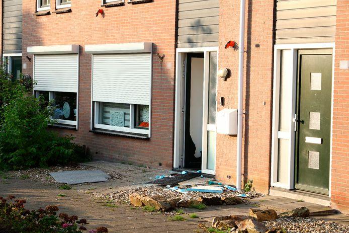 In augustus kreeg de man al bezoek van een speciaal politieteam. Daarbij werd de voordeur uitgezaagd.