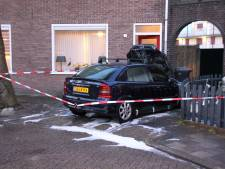 Autobrand op oprit Tollenstraat in Almelo: Brandstichting waarschijnlijk