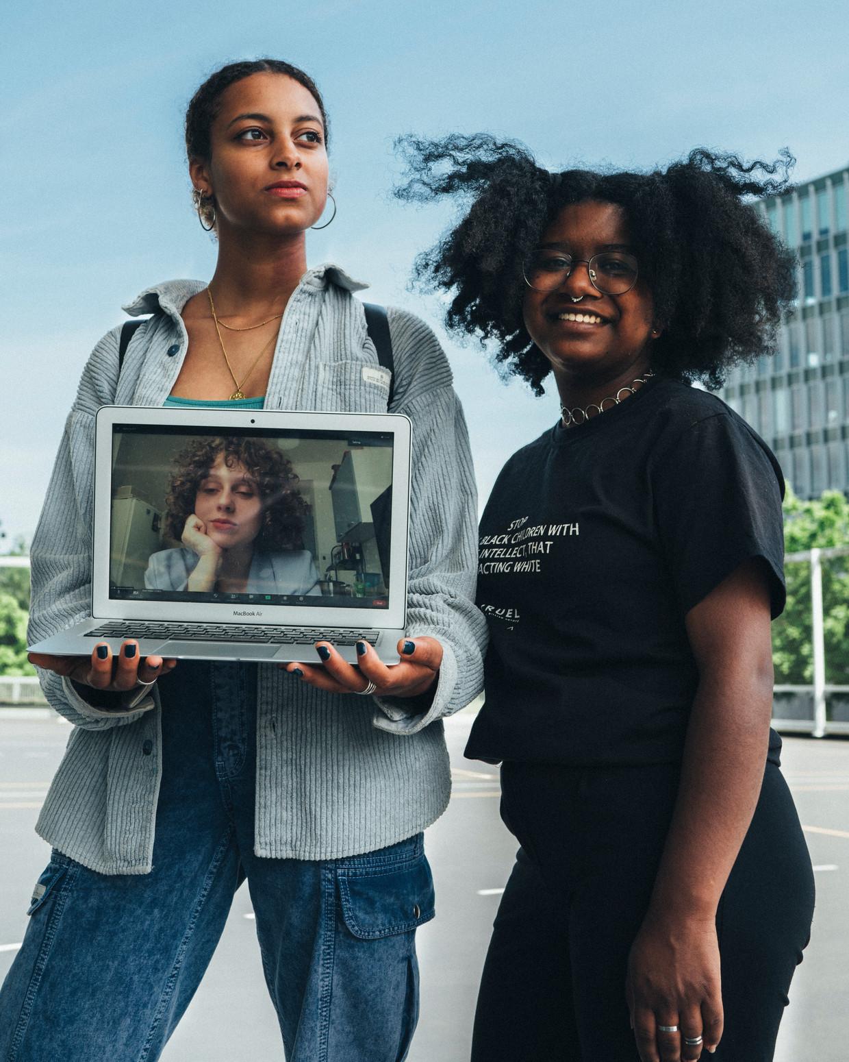 Sohna Sumbunu (l), Lakiescha Tol (r) en Veronika Vygon (op beeldscherm). 'Onderwijs vormt de bouwstenen voor hoe een persoon later wordt.' Beeld Rebecca Fertinel