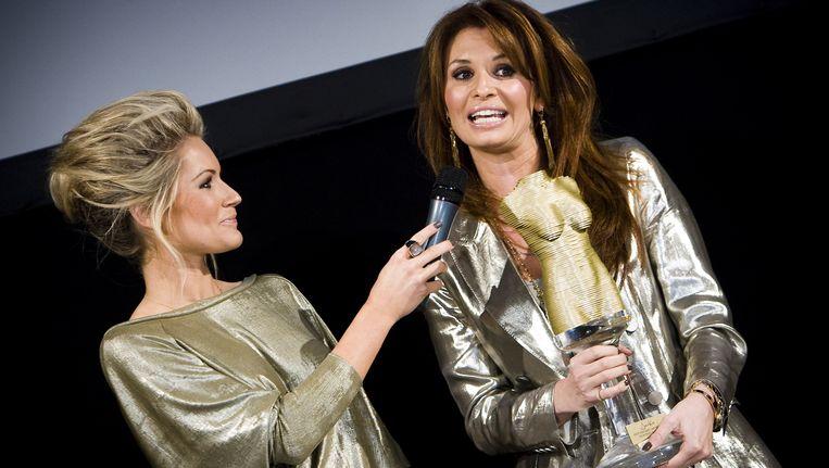 Leontine Borsato met de Jackie Best Dressed Award 2010 Beeld anp