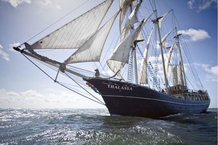Het schip waarop de leerlingen wonen en werken, genaamd 'Barkentijn Thalassa'.