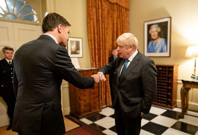 Premier Mark Rutte doet een 'boks' met Boris Johnson tijdens zijn ontmoeting met zijn Britse ambtsgenoot in Londen.  Beeld ANP