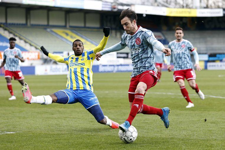 Said Bakari (RKC Waalwijk) en Nico Tagliafico (Ajax) in actie. Beeld ANP