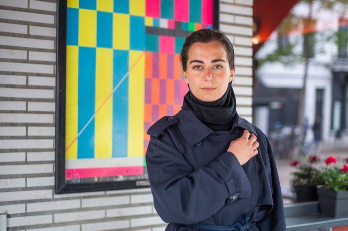 Kunstenaar Céline Mathieu geeft een heel weekend lang rondleidingen in galerieën.