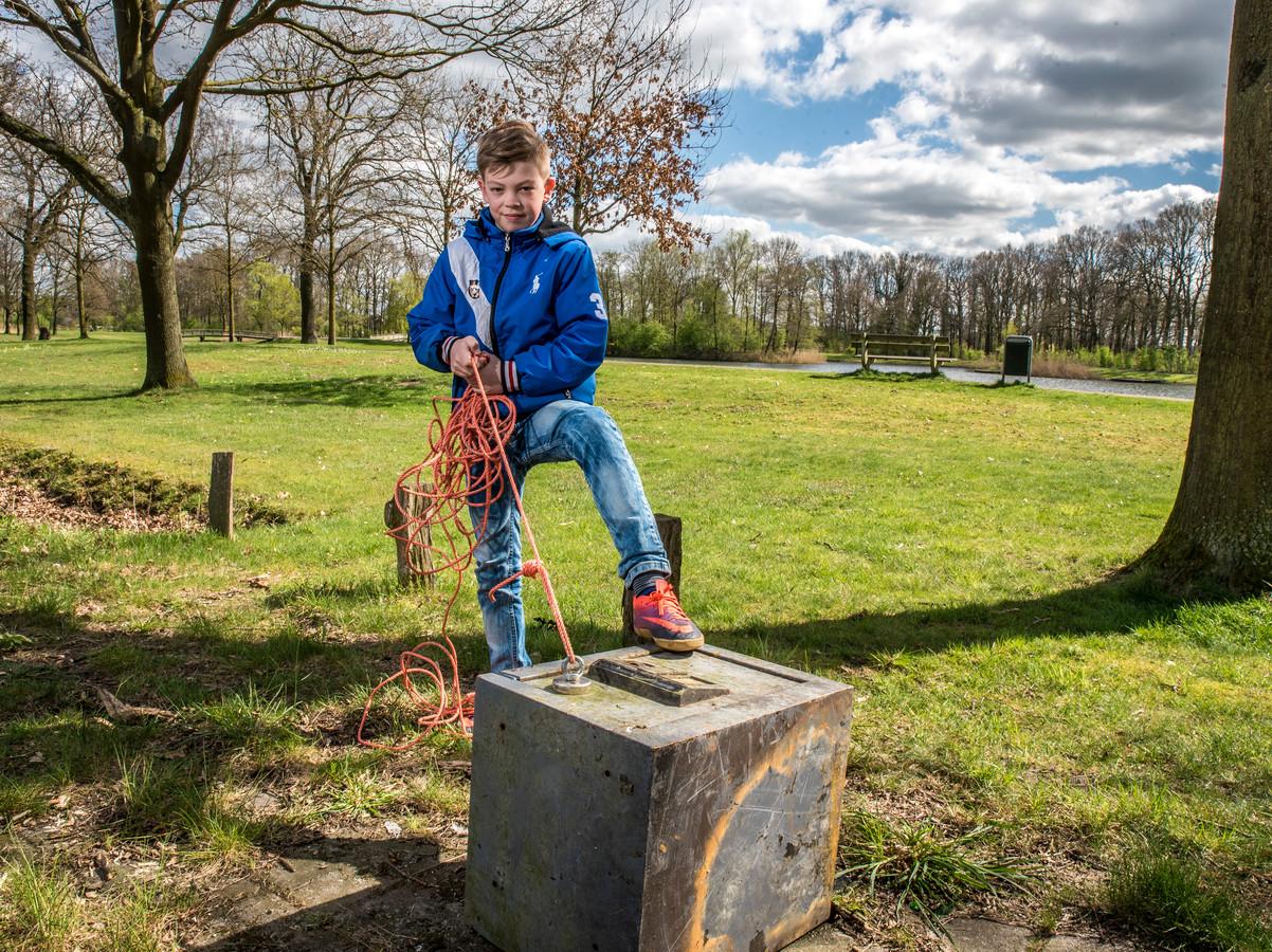 Dani Brevink heeft met magneet een kluis uit bergingsvijver Scholtenhagen gehaald.