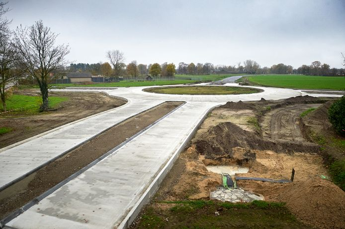 De nieuw aangelegde rotonde aan de Volkelseweg in Boekel maakt deel uit van de nieuwe randweg