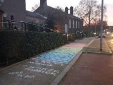 Regenboogvlag getekend op stoep bij Gereformeerde Gemeente Arnhem