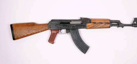 Dordtse rapper Jojo zwaait met AK-47 en geladen pistool in videoclip: 30 maanden cel geëist voor wapens en overval