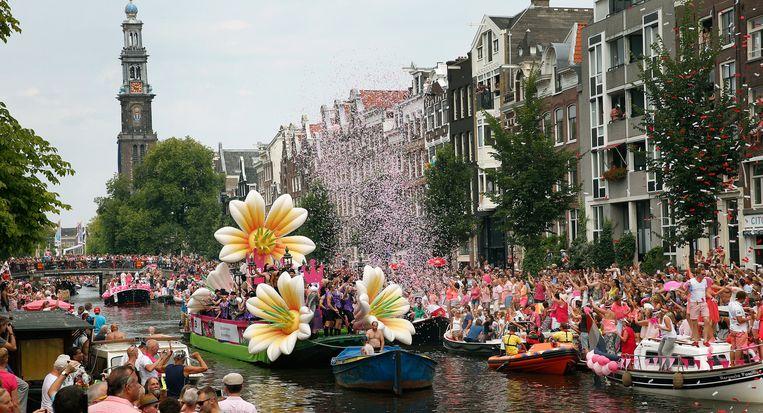 Volle boten met feestelijk uitgedoste deelnemers varen door de Prinsengracht tijdens de Canal Parade van de Gay Pride. Beeld anp