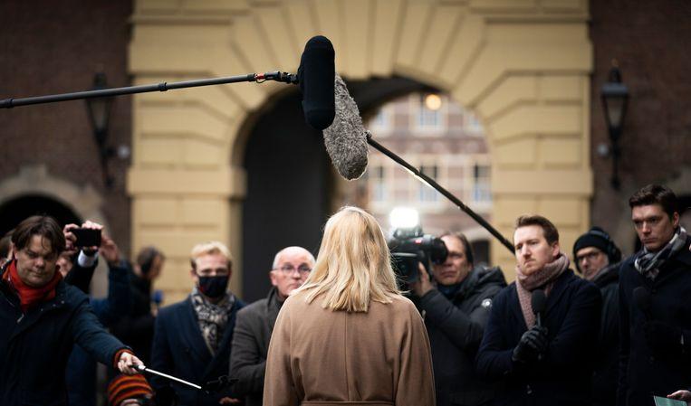 Demissionair minister Sigrid Kaag staat de pers te woord, voorafgaand aan een bespreking over de toeslagenaffaire. Beeld Freek van den Bergh / de Volkskrant