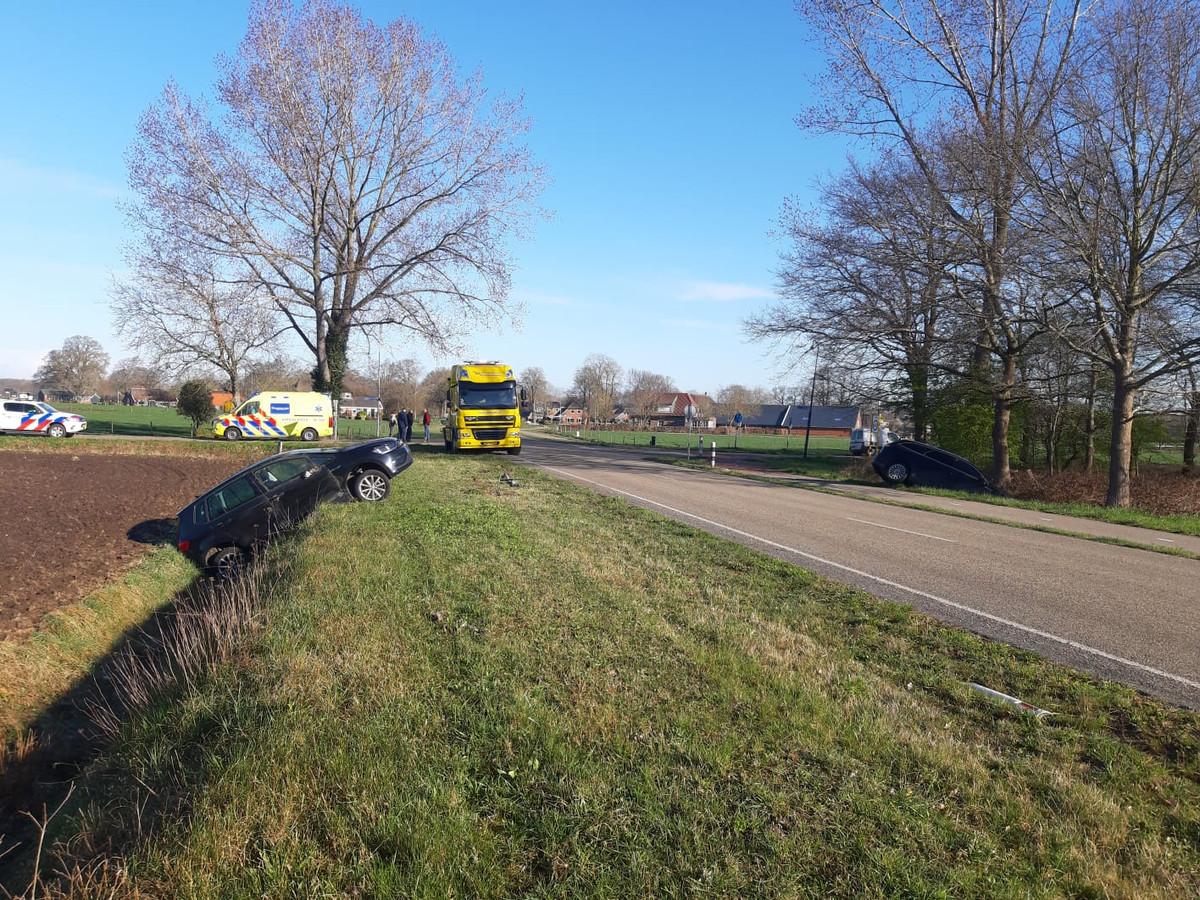 De auto's belandden aan beide kanten van de weg in de sloot.
