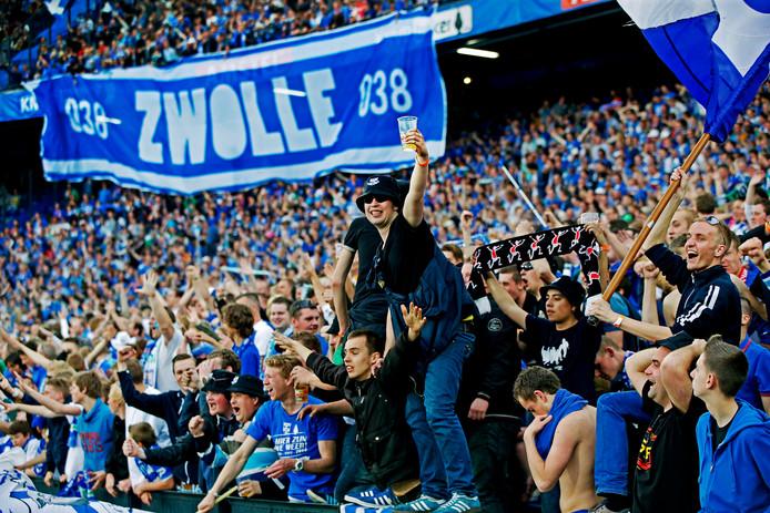 PEC Zwolle-fans gaan uit hun dak na de bekerwinst in 2014