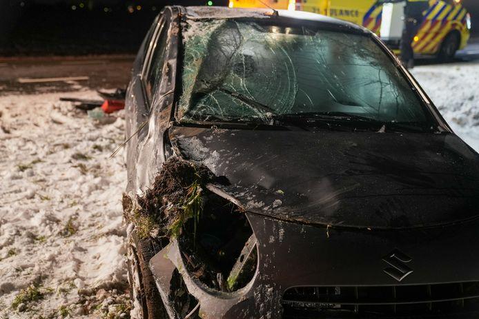 Zwaar beschadigde auto in Lithoijen.