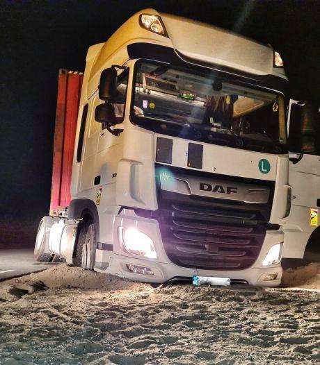 Goedkope overnachting wordt dure grap: chauffeur vast in mul zand