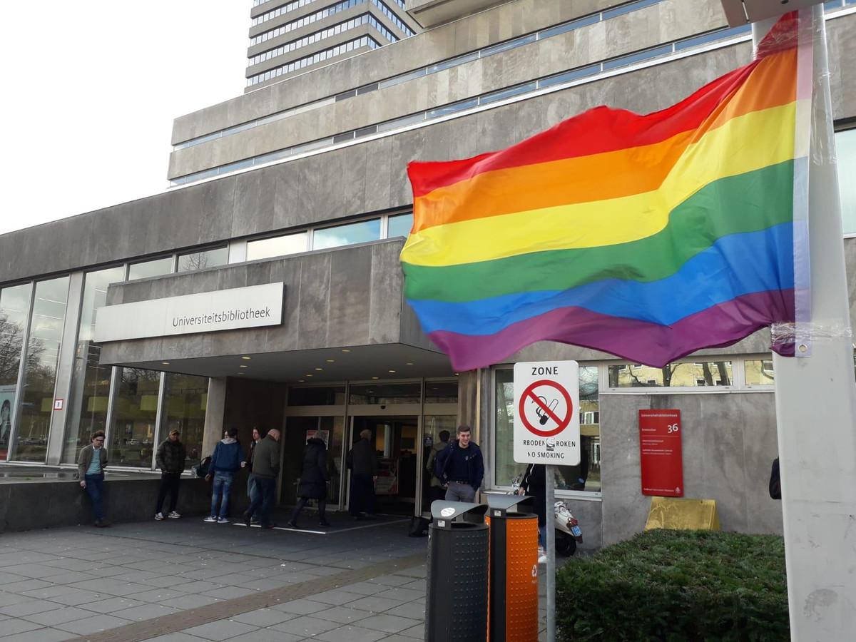 Studentenvakbond AKKU zette in reactie op het protest een regenboogvlag neer bij de ingang van de universiteitsbibliotheek.