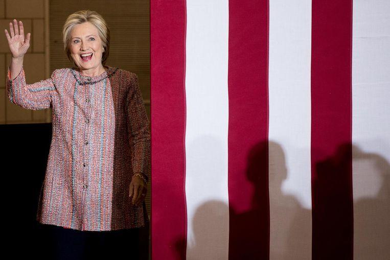 Hillary Clinton hervatte donderdag haar campagne, na haar ziekte, met een optreden in Greensboro, North Carolina. Ze zag er opgewekt en uitgerust uit. Clinton keek op haar ziekbed onder andere naar haar favoriete tv-serie The Good Wife. Pikant is dat de hitserie gaat over een succesvolle vrouw, een advocaat, die bedrogen werd door haar overspelige man. Beeld AP
