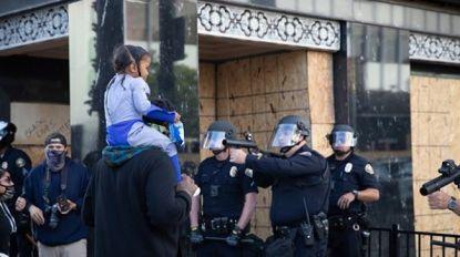 Een kind in de vuurlinie: zo intens gaat het eraan toe tijdens rellen in VS