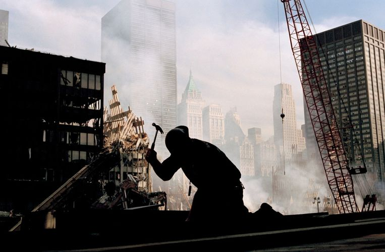 Een eenzame arbeider in de puinhopen van het World Trade Center. Beeld ©Eli Reed / Magnum Photos