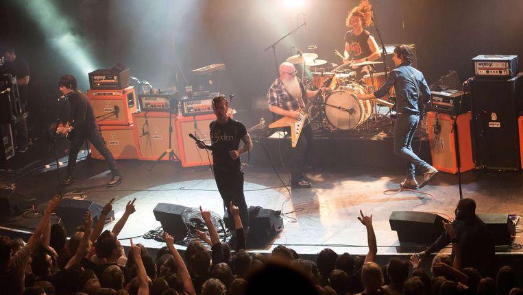 De show van the Eagles of Death Metal, 13 november in de Parijse concertzaal le Bataclan. De foto is enkele momenten genomen voordat gewapende mannen de zaal bestormden Beeld AFP