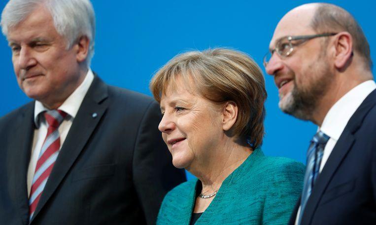 CSU-voorzitter Horst Seehofer, bondskanselier Angela Merkel (CDU) en SPD-voorzitter Martin Schulz stellen het regeerakkoord voor. Beeld REUTERS