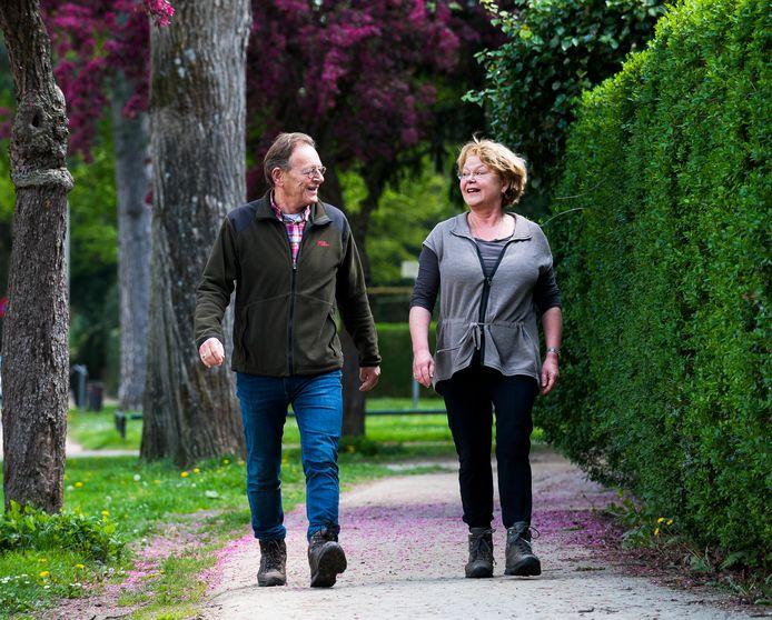 Burgemeester Koos Janssen en zijn vrouw Karin gaan elke dag minimaal 5 kilometer wandelen om fit te blijven.