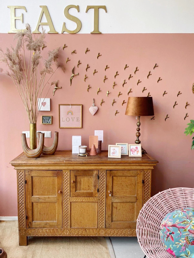 Combineer oude kastjes bijvoorbeeld met een fris gekleurde muur.