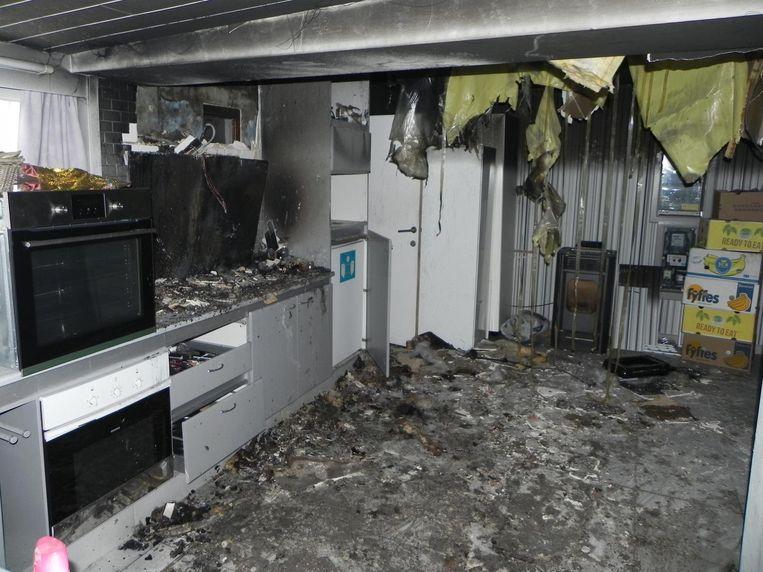 De keuken van de woning is zo goed als volledig uitgebrand.