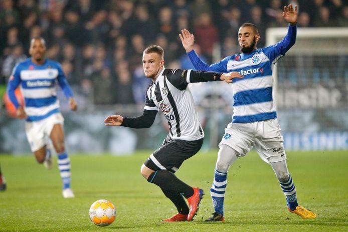 Joey Konings namens Heracles Almelo aan de bal tegen De Graafschap, eind vorig seizoen.