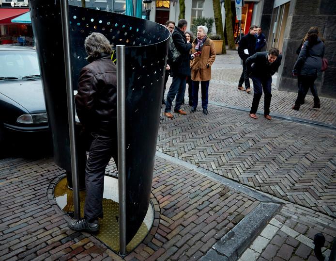 Mannen kunnen op 35 plekken in Amsterdam plassen in een urinoir of plaskrul.