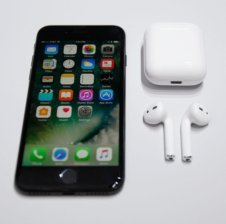 De nieuwe iPhone met draadloze koptelefoon. Beeld EPA