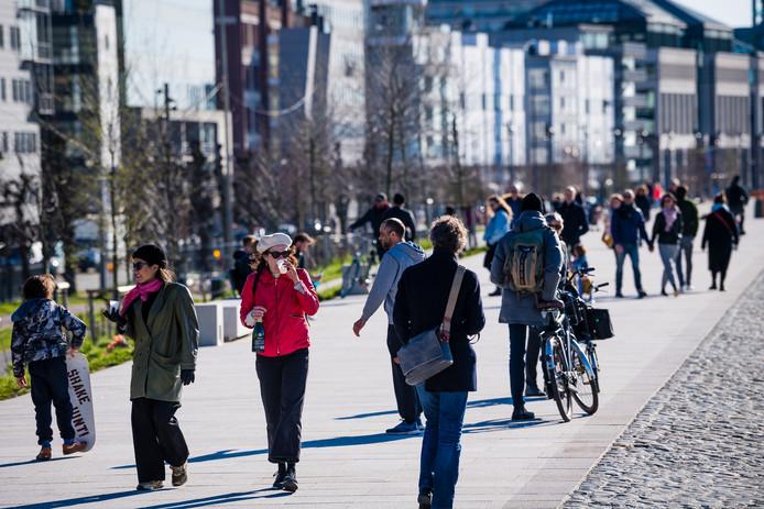 Veel volk zondagmiddag op de Antwerpse Scheldekaaien. Ook de anderhalve meter-regel wordt niet altijd gerespecteerd.