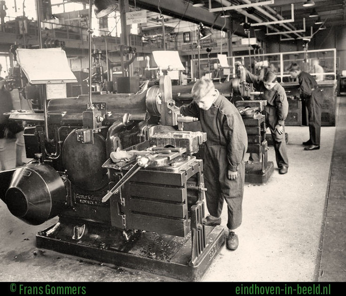 Leerlingen van de Philips Bedrijfsschool in actie aan de schaafbanken in 1930, toen de voorloper van het huidige gebouw aan de Frederiklaan/Kastanjelaan net af was. Bron: www.eindhoven-in-beeld.nl