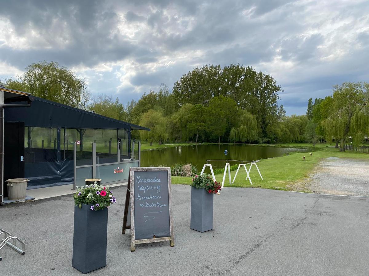 Aan de grote vijver van 't Vissershof in de Nijverheidsstraat in Mere wordt recreatief en competitief gevist.