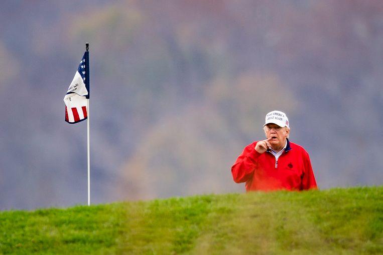 President Donald Trump ging zaterdag golfen op zijn National Golf Club in Sterling in de staat Virginia. Amerikaanse media becijferden dat dat voor de 143ste keer was sinds zijn aantreden als president. Beeld EPA