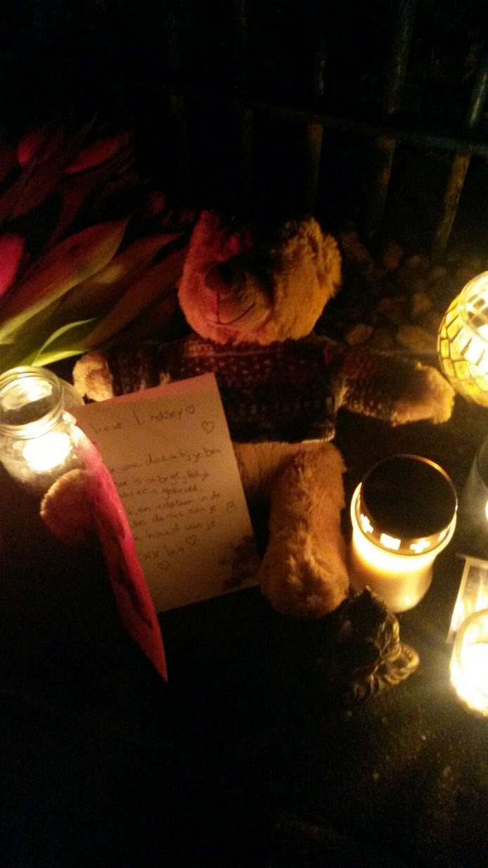 Knuffels en kaarsjes voor het overleden meisje
