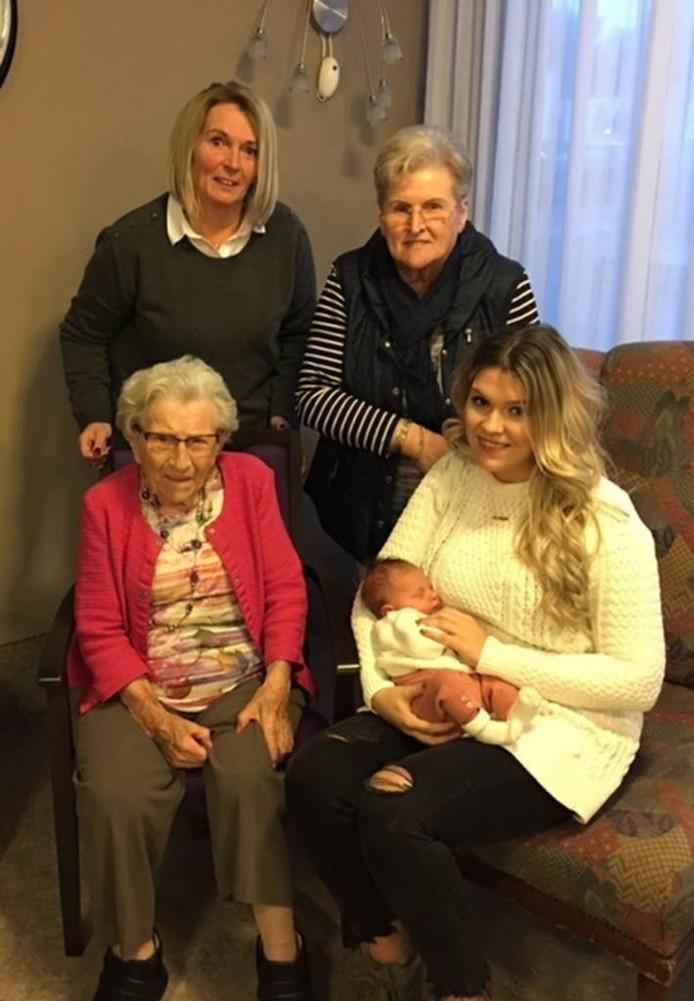 Vijf generaties samen op de foto. FOTO FAMILIE VAN GOOL