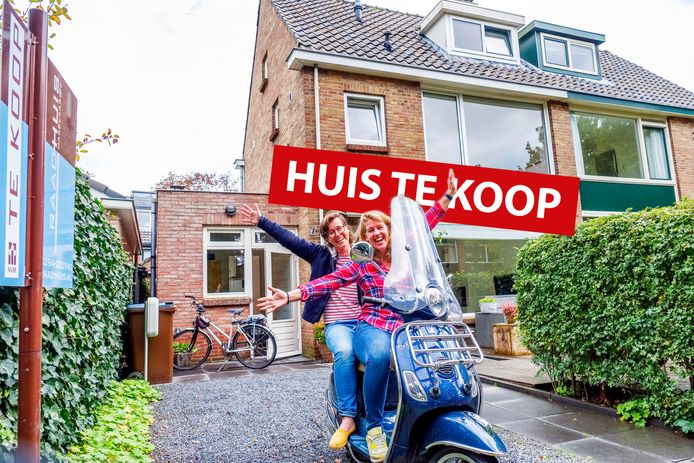 Elselien Boekeloo (links) en Willeke Beuker in de voortuin op de Vespa.