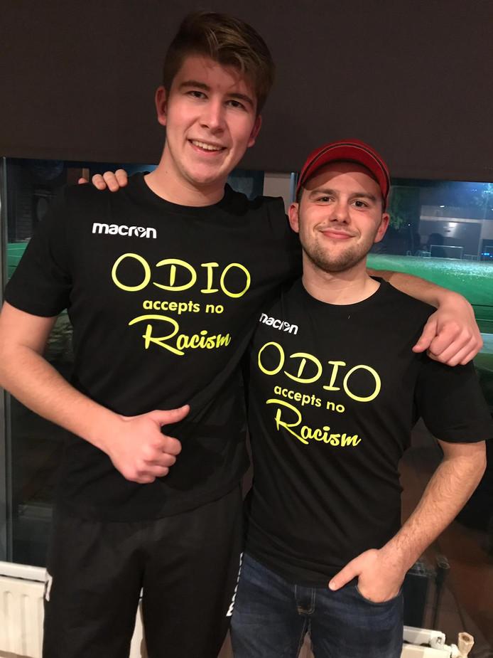 Timo de Hoogt en Luke de Dooij in de shirts